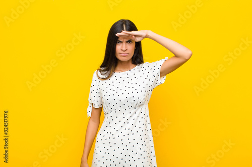 Photo young pretty latin woman looking bewildered and astonished, with hand over foreh