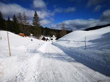 Winterliche Straße Schneefahrbahn