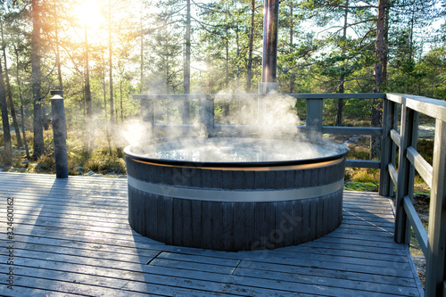 Foto Modern big barrel outdoor hot tub in the middle of forest