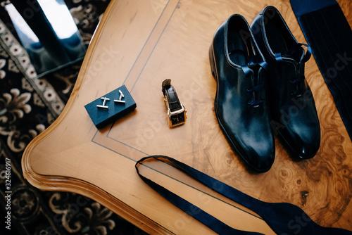 men's accessories on wooden table Fototapete