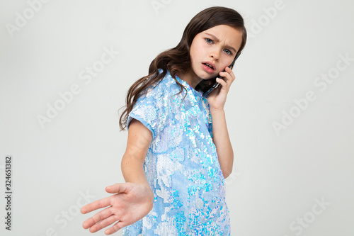 Photo honest teenager girl carefully talking on the phone in the interlocutor on an is