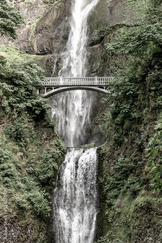 Naklejka premium Wodospady Multnomah i most Benson w wąwozie rzeki Columbia w pobliżu Portland w stanie Oregon. Podróżuj po USA.