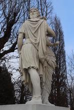 Statua In Marmo Nel Parco In Inverno