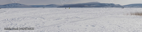 Photo Landscape of a snowy stagnant large lake with mountains on the horizon