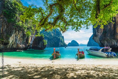 Carta da parati Beautiful nature scenic landscape Koh Lao Lading island beach with boats for tra