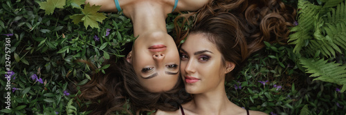 Photo Spring Beauty Portrait Photo of Two Women on Nature