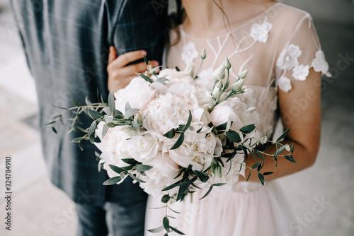 Fotografía wedding bouquet in bride's hands, david austin