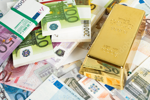 Fotografía Gold bars and Euro banknotes. Gold bullion and money