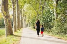 Promenade Entre Une Mère Et S...