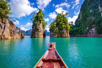 Prekrasne planine u brani Ratchaprapha u nacionalnom parku Khao Sok, provincija Surat Thani, Tajland.