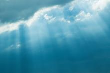雲間から差し込む光芒