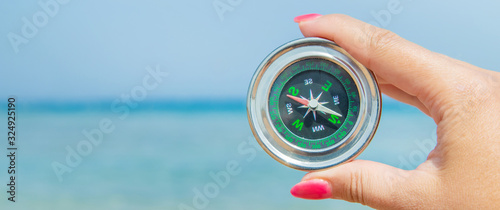 Fotomural compass on the sea coast. Selective focus.