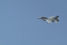 하늘을 멋지게 날고있는 F-16 전투기