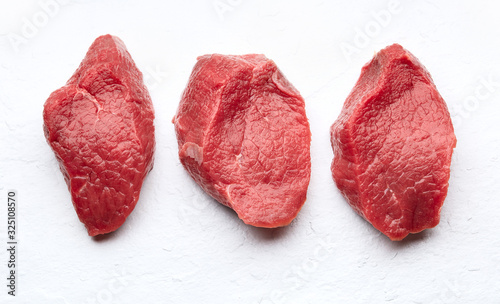 Foto Raw filet mignon on white stone backgroundbackground