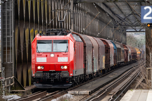 Obraz Güterzug fährt über Eisenbahnbrücke - fototapety do salonu