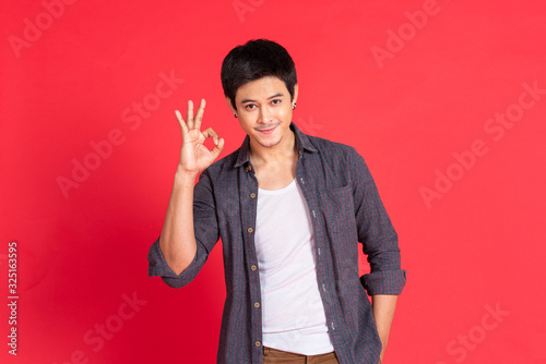 Photo portrait young man in casual dress okey hand sign