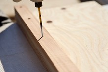 木材をネジで止める