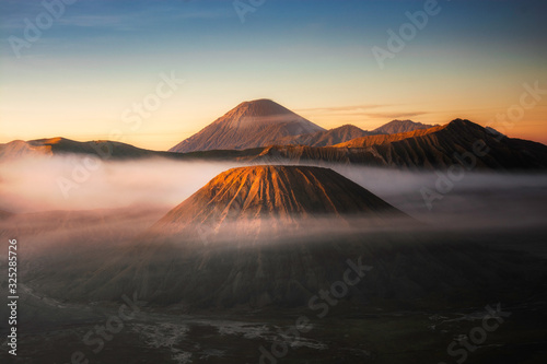 Photo Beautiful landscape of Mount Bromo during sunrise in Bromo Tengger Semeru Nation