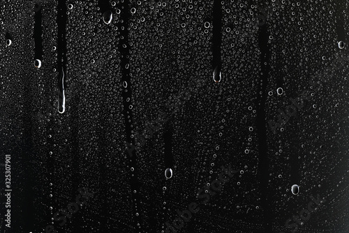 Photo black wet background / raindrops for overlaying on window, concept of autumn wea