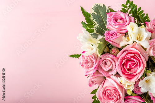 Photo Beautiful and tender bouquet of flowers in the hat box, nice present concept