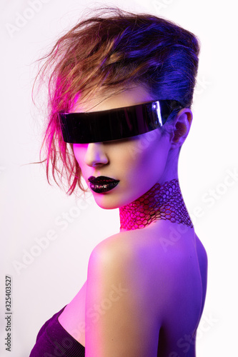 Fotografía Colorful portrait of a young woman wearing futuristic glasses