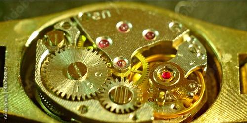 Fotomural Mécanisme doré d'une montre analogique à aiguilles