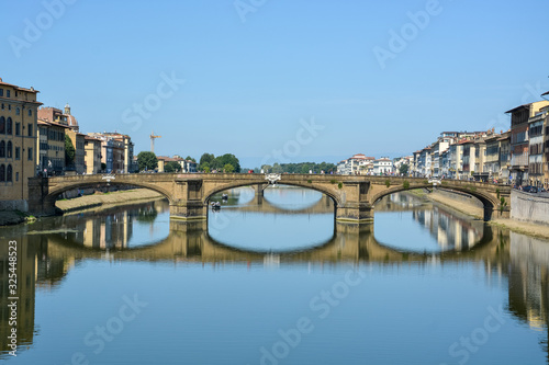 Photo Bridge over the river Arno in Florence on a sunny day