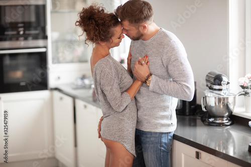 Photo Romantic dance of loving couple in the kitchen. How lovely.