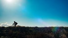 草原を走る自転車のシ...
