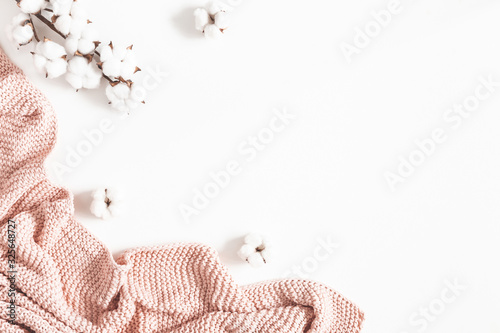 Photo Pink blanket, cotton flowers on white background