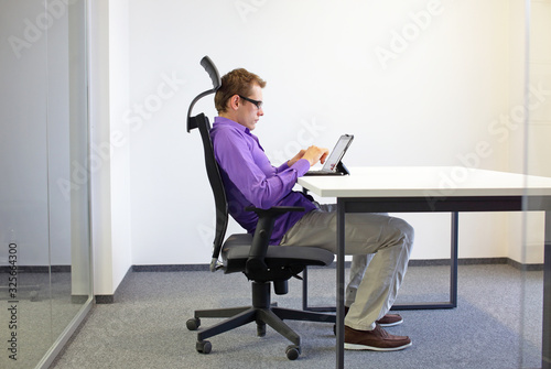 Fotografía incorrect sitting position at the office desk