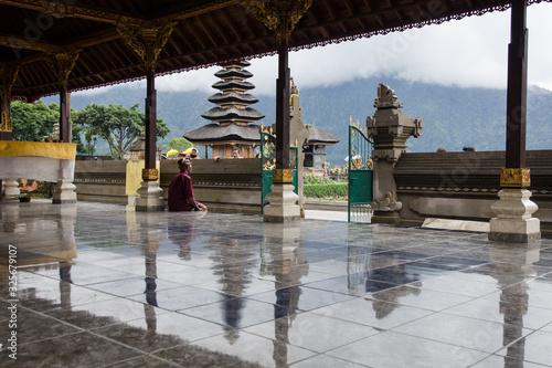 Persona solitaria en un templo de Bali Canvas Print