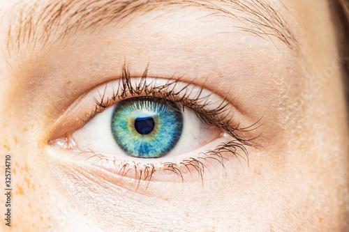 Cuadros en Lienzo Nahaufnahme eines weiblichen Auges mit blauer Iris