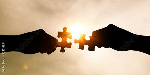 Zusammenfügen von zwei Puzzle - Teilen mit Gegenlicht