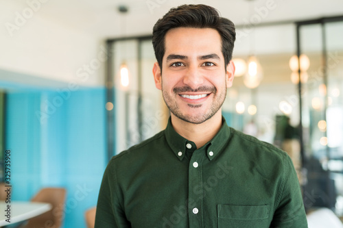 Obraz Happy Male Executive In Office - fototapety do salonu