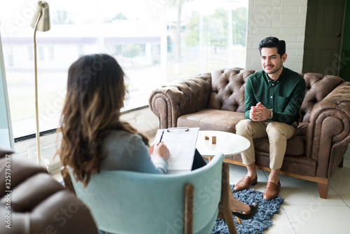 Fotografia Male Professional Seeking Advice From Therapist At Office