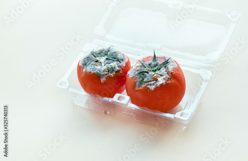 Photo Selective focus of mould on red tomato