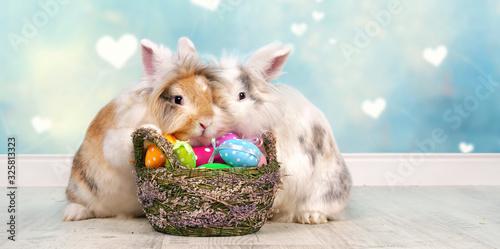 Ostern mit Osterhase und bunten Eiern