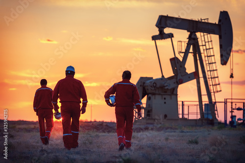 Fototapeta The oil workers at work obraz