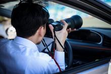 車内から写真を撮る男性