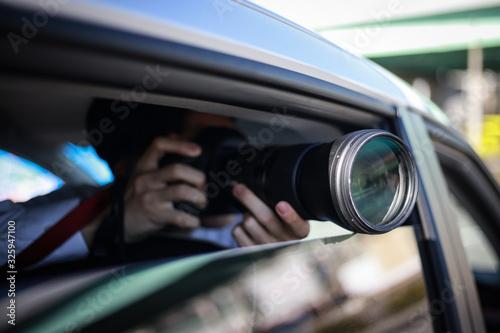 Fototapeta 車内から写真を撮る男性