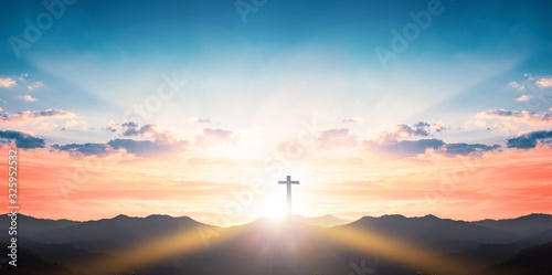 Photo Silhouette cross on mountain sunset background