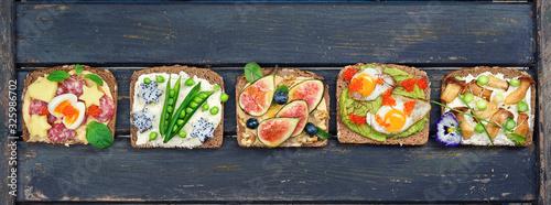 Fototapeta gesund belegte Brote mit frischen Zutaten obraz