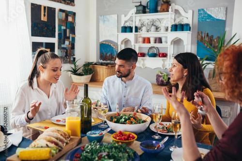 family gathering at home. vegan dinner party Billede på lærred
