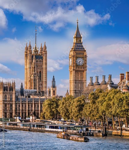 Big Ben and Houses of Parliament with boats on the river in London, England, UK Fototapete