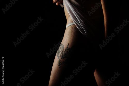 bein und rücken mit tattoo runde frau weiblich nackt tätowiert Canvas Print