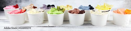 Photo Various of ice cream flavor whit fresh blueberry, strawberry, kiwi, lemon, vanilla setup on rustic background