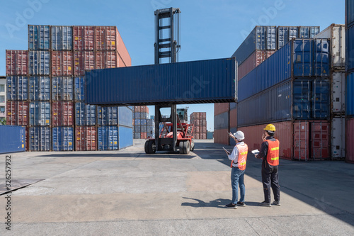 Fotomural Foreman control loading containers box from cargo freight ship for import export, Foreman control industrial container cargo freight ship, Business import and export logistic concept