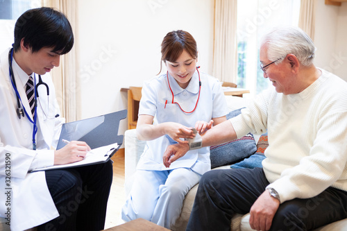 Fototapeta 血圧を測る看護師と医師 obraz