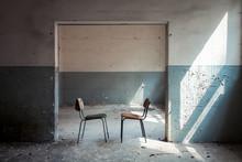 Zwei Stühle In Einem Raum Der Vergangenheit